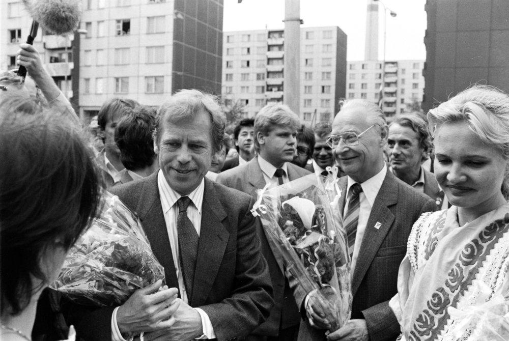 S Alexandrom Dubčekom v júni 1990 v Komárne. Foto - TASR