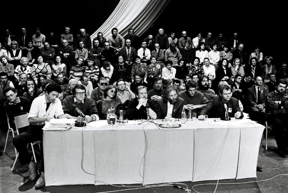 V Slovenskom národnom divadle v Bratislave sa 29. novembra 1989 uskutočnilo manifestačné zhromažždenie Občanského fóra a Verejnosti proti násiliu. Za stolom sedia zľava Ján Budaj, Josef Vavrošušek, Marta Kubiššová, Václav Havel, Ivan Havel, ŠŠimon Pánek a Milan Kňažžko. Foto - TASR