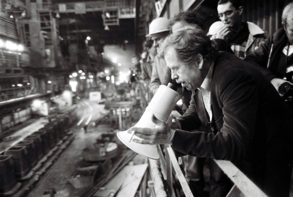 20. decembra 1989 v Košiciach sa Václav Havel cez megafón prihovára k zamestnancom Oceliarne I. Východoslovenských žželeziarní Koššice. Foto - TASR