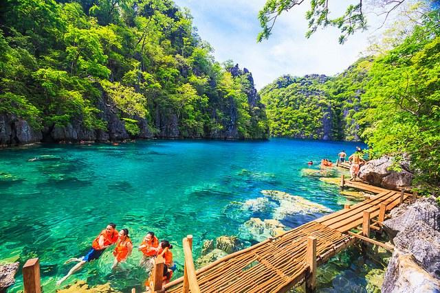 CORON: toto nie je naša fotka, lebo sme na Corone neboli. Mysleli sme, že to dáme ako 1-denný výlet, no potom sme zistili, že sa to oplatí na minimálne tri dni a už bolo neskoro. Nespravte rovnakú chybu! Na Corone je perfektné potápanie a šnorchlovanie, najčistejšie jazero Filipín (na fotke) a ďalšie dychberúce miesta. Loď z El Nido ide vždy ráno a naspäť ide na obed. Z Coronu sa dá ísť takisto na island hopping - výlety po okolitých ostrovčekoch. Pozor, na Corone priamo nie sú nejak super pláže, treba ísť práve na tie island hoppingy, aby ste ich videli.