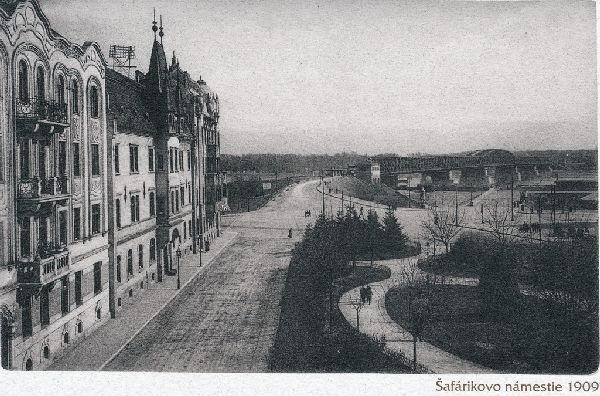 Výhľad z miesta dnešného Šafárikovho námestia, kde stál Landererov palác. Pred ním je parčík, kde v roku 1914 pribudla Kačacia fontána. Starý most stál od roku 1889.
