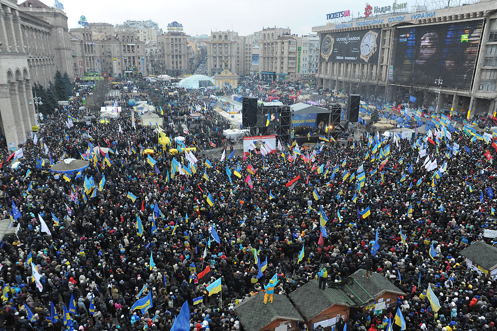 Odhadovaný 1 milión Ukrajincov demonštroval 8. decembra 2013 za priblíženie Ukrajiny k EÚ a proti rozhodnutiu prezidenta Janukovyča nepodpísať asociačnú dohodu. Zdroj – Mstyslav Chernov/Unframe, Wikimedia Commons
