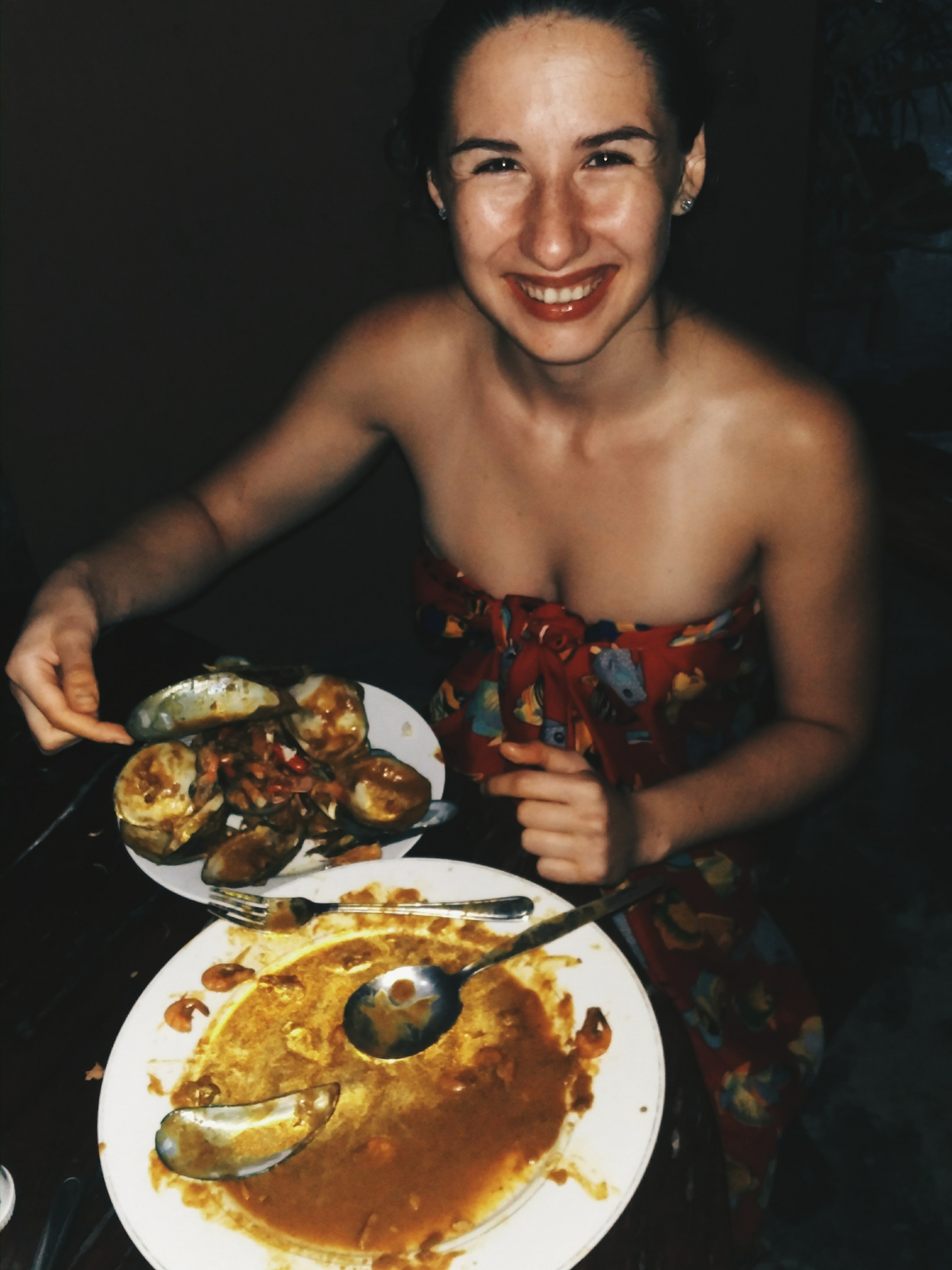 JEDLO: Filipínci jedla veľa ryže a mäsa. Tieto dve suroviny tvoria asi 70% ich stravy. Dopĺňajú ich chipsami a sladkým. Našťastie majú aj morské plody, ktoré sú u nich čerstvé a oveľa lacnejšie ako tu u nás. Ak ste v pohode s jedením mäsa a ryže každý deň, v lokálnych reštauráciách - carinderiách, kde sa podáva vopred navarené jedlo ako u nás obedné menučka - sa v na Palawane najete od 80 centov do 1,20€ vrátane mäsa a ryže. Ak budete chcieť niečo európske, prípadne si objednať z menu, priplatíte si, takéto jedlá stoja od 4€ až po 15€.