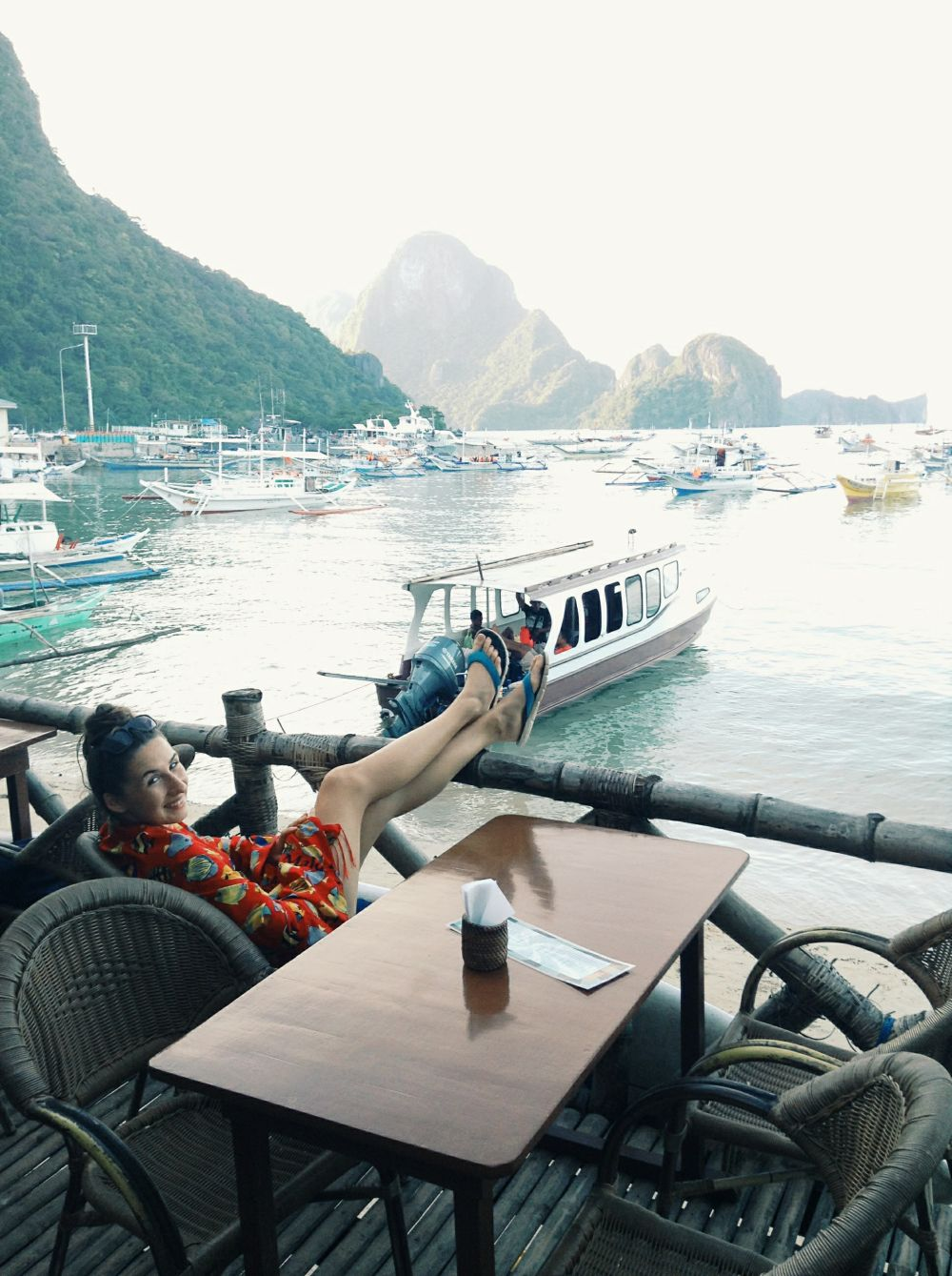 KÁVA A ČAJ: nejdú s Filipínami dokopy. Domáci tu pijú 3v1 Nescafe akoby to bolo to najlepšie, čo existuje. V pár kaviarniach v El Nido majú dobrú kávu, najlepšiu, akú sme našli, bola v Art Café (na obrázku). Ak ste káviičkári, doneste si Aeropress a pomletú kávu, inak budú vaše rána smutné. A čaj? majú tu len Lipton, klasický smeťový. A za 10 sáčkov pýtajú 2,50€.