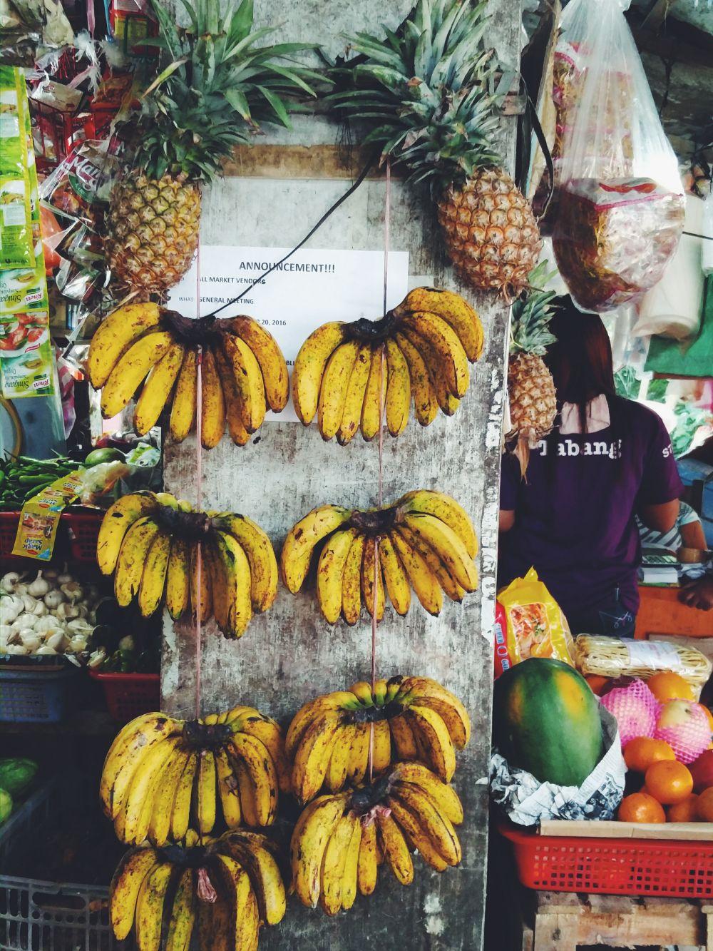 OVOCIE A ZELENINA: dá sa kúpiť na marketoch. Lacno. Všetko je čerstvé a chutné. Najviac odporúčam skúsiť palawanské oranžové banány (na fotke), mango (mňaaaaaam), kokosový orech buko, papáju a ananás. Kto je vegán alebo vegetarián, ovocie a zelenina bude jedna z mála vecí, ktoré tu budete papať. Kto je v pohode s vajíčkami, tých tu majú tiež veľa, nás to do veľkej miery zachraňovalo