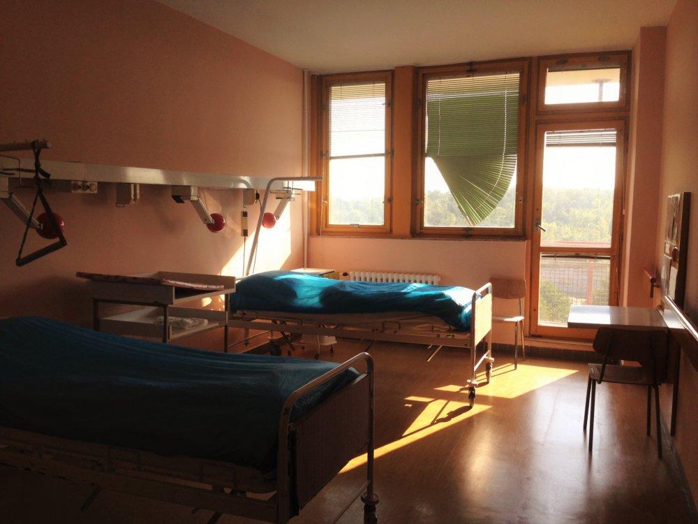 Neštandardná izba v pôrodnici na Antolskej. Dve izby, kde môžu ležať dve matky a dve deti majú spoločnú sprchu a toaletu. Foto N - Veronika Folentová