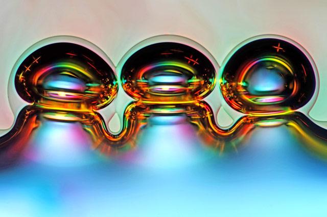 Bubliny vzduchu vznikajúce počas roztápania kryštálov vitamínu C. Foto - Marek Miś, Poľsko