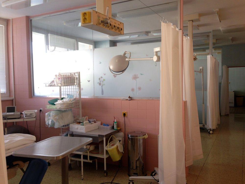Pôrodnica v petržalskej budove Univerzitnej nemocnice oddeľuje jednotlivé pôrodné boxy závesom. Vo svete je to neštandardné. Foto N - Veronika Folentová