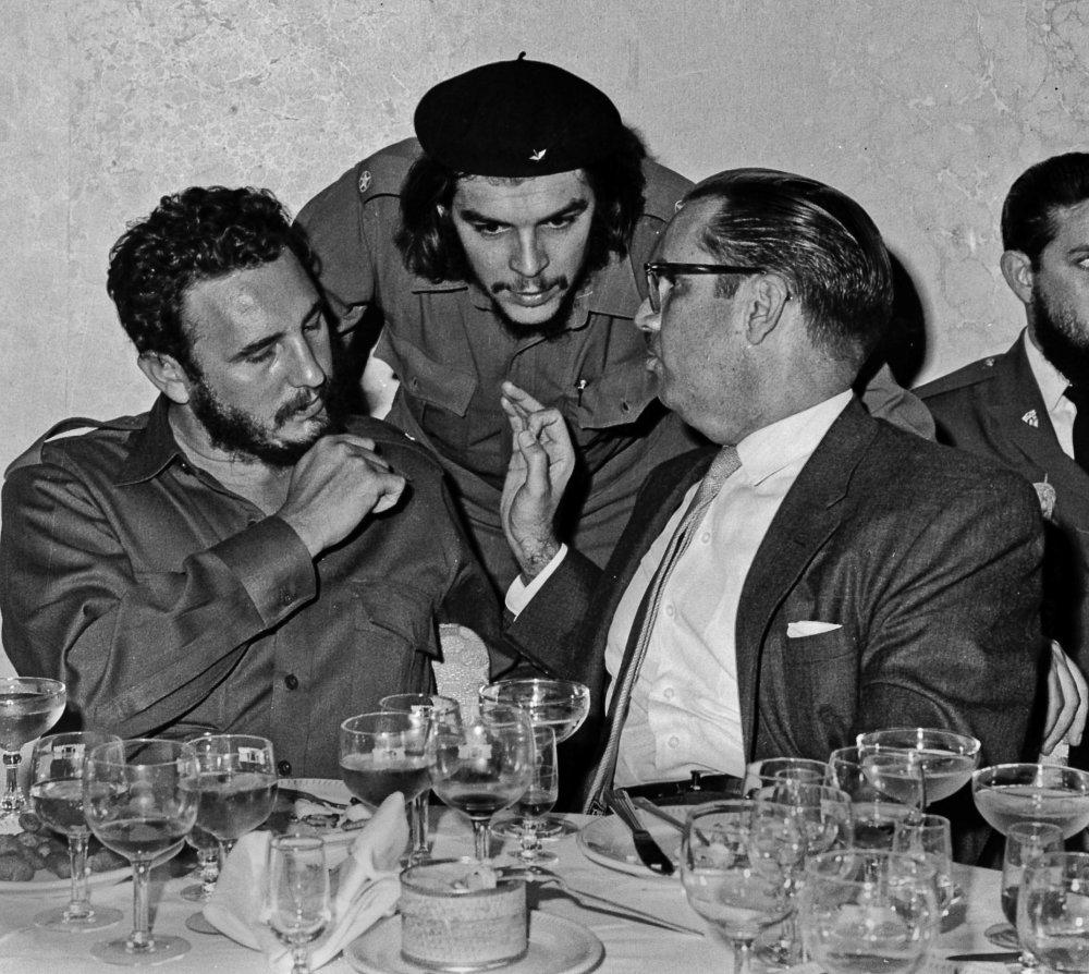 """V roku 1960 s Ernestom """"Che"""" Guevara, v strede, a prezidentom Osvaldom Dorticosom (vpravo). Foto - ap"""