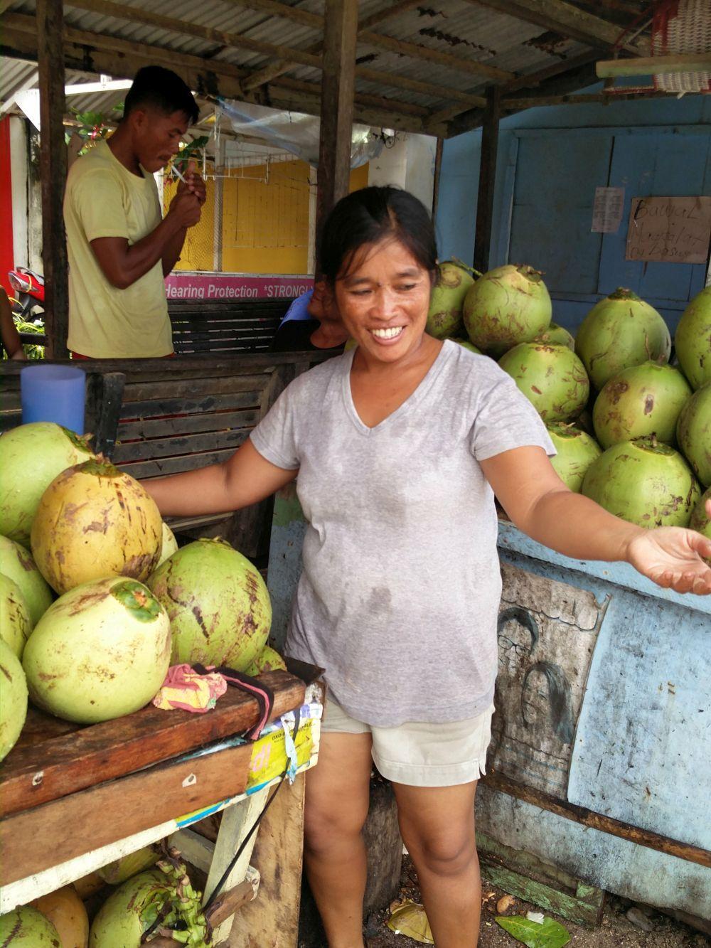 CENY NA PALAWANE: Palawan je jeden z najdrahších ostrovov Filipín. Napriek tomu sa tu dá dovolenkovať fakt lacno. Veľmi záleží, kedy prídete, od decembra do februára je tu nátresk a ubytovania idú s cenami o 200% hore. Zatiaľ čo mimo sezóny sa dá zohnať ubytovanie v El Nido za 10€ na osobu na noc, v sezóne je to skôr 20€ - 30€na osobu na noc, keď bookujete dostatočne vopred. Jedlo je tu tiež lacné, aj drahé, v závislosti od toho, čo chcete. Výlety sú pomerne lacné (okolo 25€ za denný výlet), doprava tiež v pohode (10€za cestu z Puerto Princessa do El Nido, tricykel po El Nido meste stojí 1€ za jazdu). Kokosové orechy tu stoja medzi 25 centami a 50 centami, fakt lacné. Takisto koláče a rum je tu lacný, pivo stojí okolo 1€ za fľašku v obchode, v bare okolo 1,40€. Hodinová masáž tu výjde na cca 8€, drink od 2€ do 6€. Nie najlacnejšie, no ani drahé. My sme doplatili na naše gurmánske jazyky. každý deň sme jedli v reštauráciách, pretože kombináciu mäsa a ryže sme už nemohli ani vidieť. Takto sme tu za 3 týždne oplieskali dvaja skoro 500€. Ak by sme chceli mať čo najlacnejšiu dovolenku, v klude by sme sa zmestili pod 1000€ za 3 týždne, dokonca si dovolím povedať, že pod 750€. Papali sme ale ako králi, takisto sme chodili na výlety, nešetrili sme a vyšlo nás to 1100€na osobu