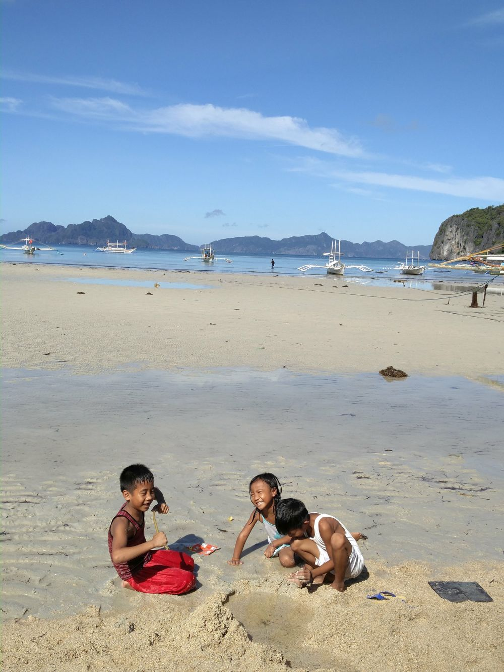 Deti tu vyrastajú na pláži a vonku. Stále behajú, sú usmiate, chcú sa zoznámiť, aj keď sa trochu hanbia. Hovoria dobre anglicky, učia ich to v škole, dokonca majú aj niektoré učebnice po anglicky. Neviem aké to je, vyrastať na najkrajšom mieste na svete, no oni sa tvárili, že je to super :)