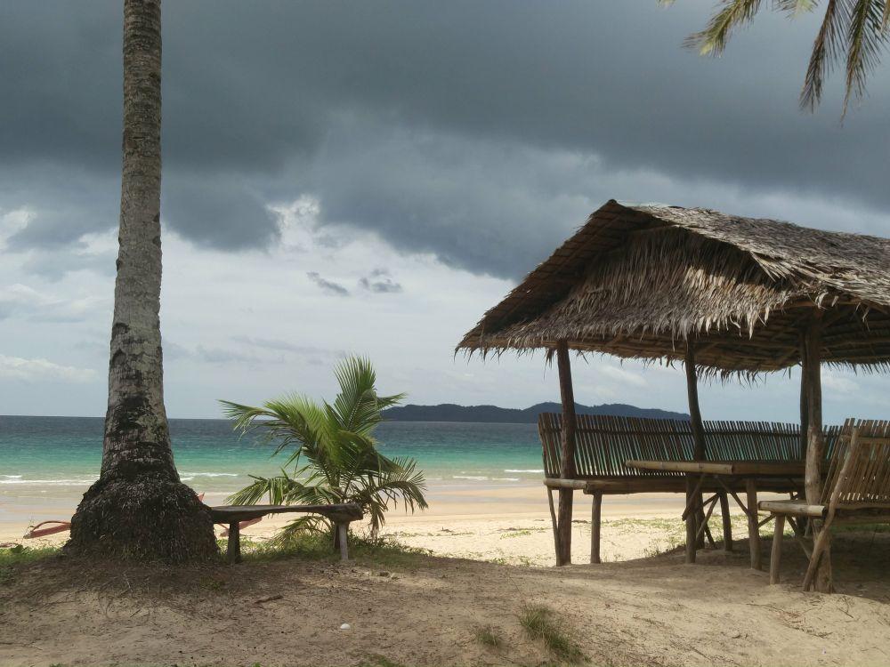 Čarovná Nacpan beach: cca 20km od El Nido town, široká pláž a hlboká voda, čo je na Palawane skôr raritou. Mimo sezóny je prázdna, v decembri, januári a februári vraj praská vo švýkoch. Odporúčame ísť sa pozrieť a okúpať. Dá sa tu aj najesť