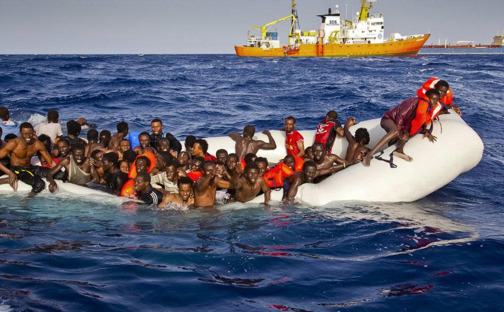 Čln s utečencami v talianskych pobrežných vodách. foto - TASR/AP