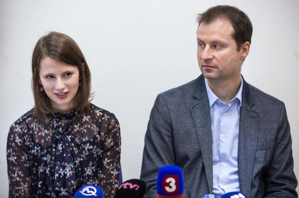 Zuzana Hlávková a Gabriel Šípoš z Transparency International, ktorí upozornili na čudné zákazky v rezorte zahraničných vecí. Foto N – Tomáš Benedikovič