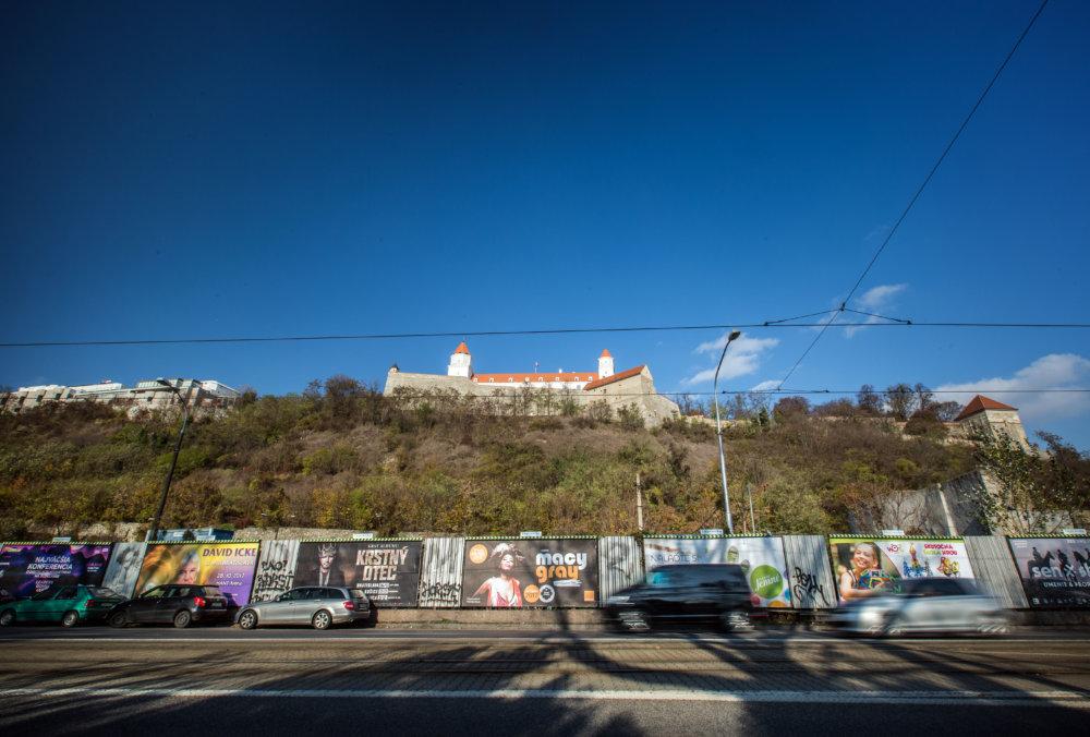 Bilbordy pod Hradom. Časť z nich navrhoval ich majiteľ, BigMedia, nahradiť kampaňou pre ZOO. Foto N - Tomáš Benedikovič