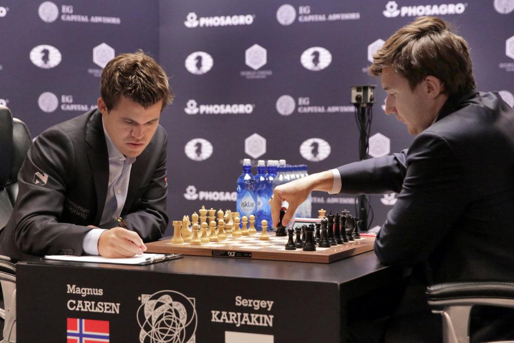 V zápase o majstra sveta zatiaľ prekvapivo vedie Rus Sergej Karjakin. foto - TASR/AP
