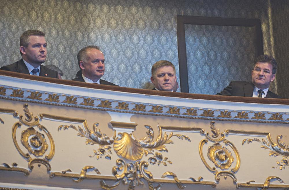 Vtedajší predseda parlamentu Peter Pellegrini, prezident Andrej Kiska, premiér Robert Fico a minister zahraničných vecí Miroslav Lajčák vo februári 2016 na galavečere k predstaveniu loga predsedníctva v Rade EÚ. Foto - TASR