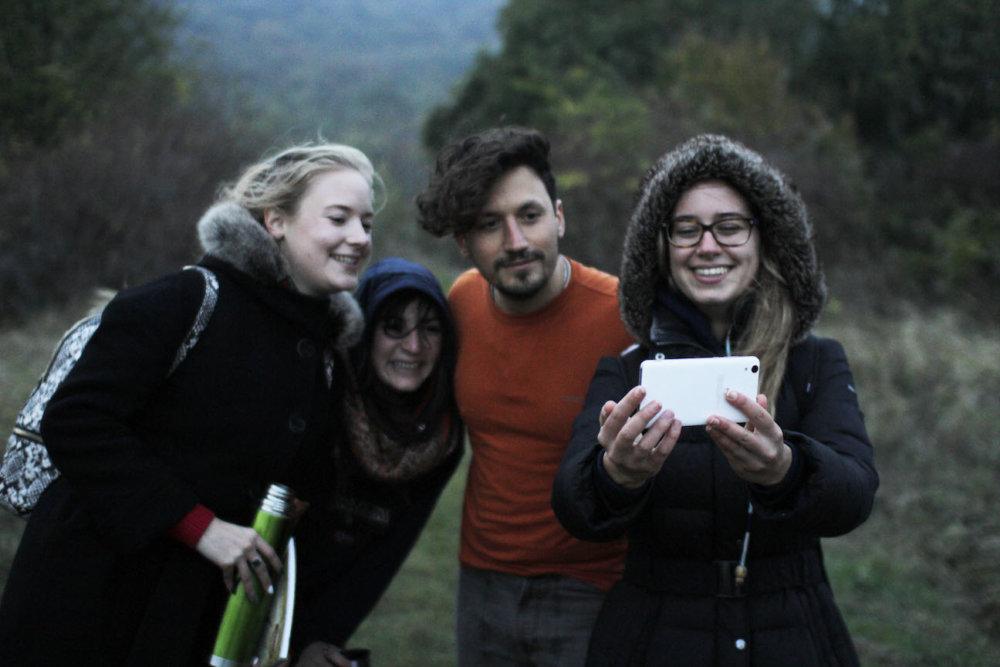 Matteo s ruskými a talianskymi kamarátkami na výlete na Devínskej Kobyle. foto - autor