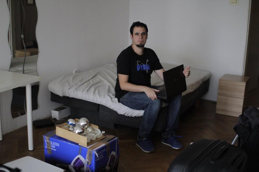 Miguel pri balení posledných vecí pred odchodom z Bratislavy. foto - autor