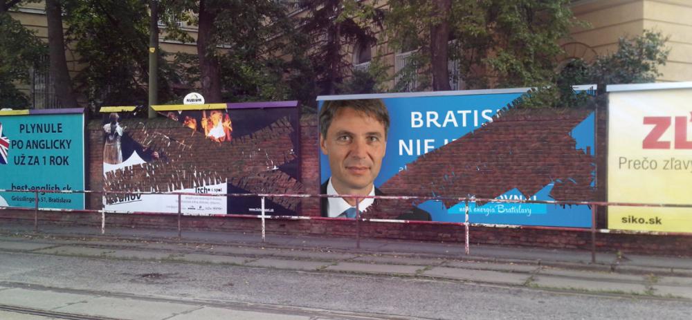Ivo Nesrovnal nechal ľudí na webe mazať aj svoje vlastné bilbordy. Foto - krajsiabratislava.sk