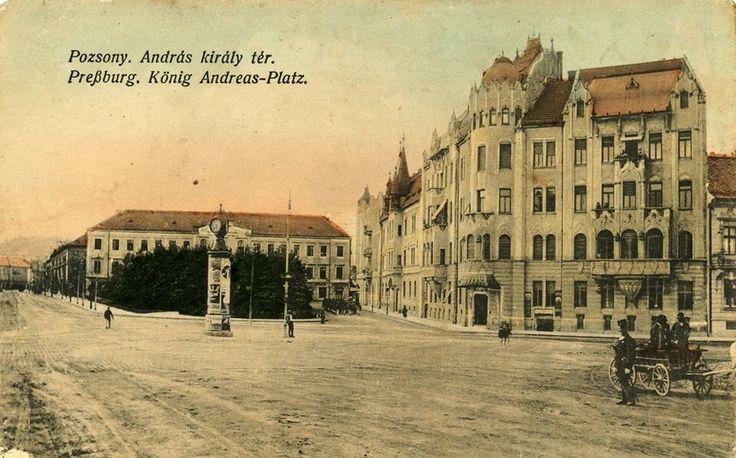 Šafárikovo námestie na historickej pohľadnici s Landererovým palácom, pred ktorým je Kačacia fontáta.