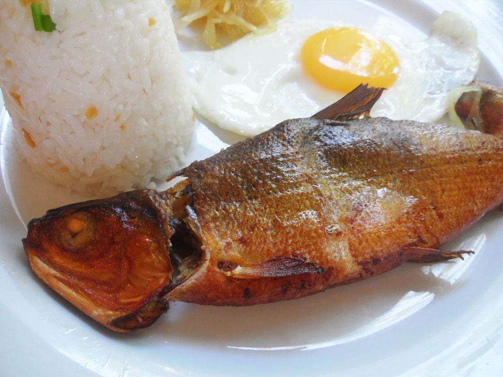 FILIPÍNSKE RAŇAJKY: mäso, ryža, ryba a vajce. Neviem...fakt neviem prečo a hlavne AKO môžu stále jesť ryžu a mäso. Ale jedia. Filipínske raňajky pozostávajú vždy z ryže a vajíčka, niekedy ryby, niekedy mäsa a zriedka zo zeleniny. A ak zelenina, tak spracovaná, tu čerstvú zeleninu akoby nejedli, ajkeď sa na marketoch predáva. Niekedy jedia k raňajkam babány, guavu, či kokosový orech, to nás zachraňovalo :) Keď by som išla ešte raz na Filipíny, asi by som si buď objednávala kontinentálne raňajky alebo si varila raňajky sama. Pretože ráno sme tie raňajky zjedli, no potom na obed a večeru sme mäso a ryžu nechceli ani vidieť, miminálne nie v tradičnej forme a skončili sme v drahých reštikách