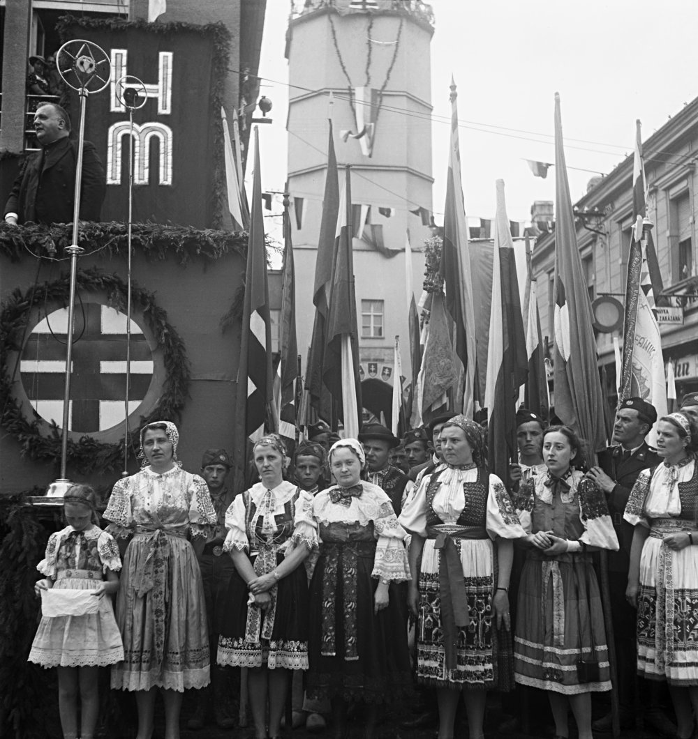 Z prehliadky Hlinkovej mládeže v Trenčíne. Jozef Tiso pri prejave (autor neznámy). 1939. Slovenský národný archív, Bratislava – fond STK