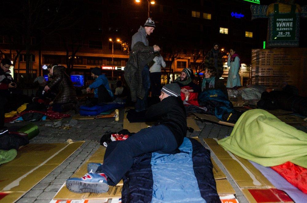 Ľudia si mohli vyskúšať, aké je to stráviť noc na ulici. Ilustračné foto - TASR