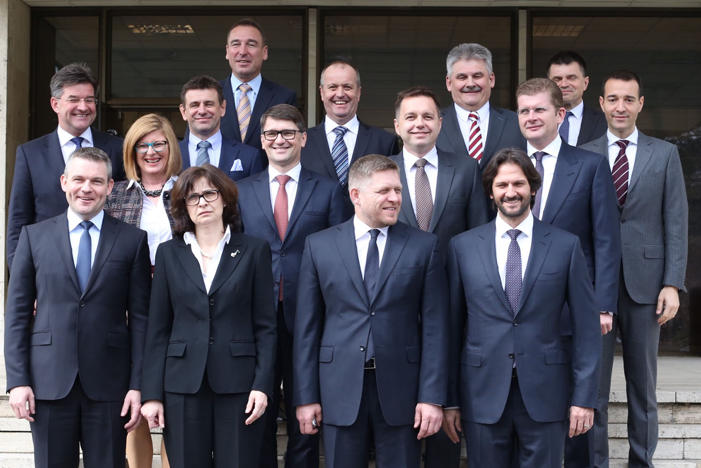 30. 3. 2016, Bratislava. Nová vláda zapózovala. Kto sa neusmieva? Foto N - Vladimír Šimíček