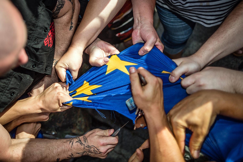 25. 6. 2016, Bratislava. Trhanie európskej vlajky na extrémistickom pochode. Foto N - Tomáš Benedikovič