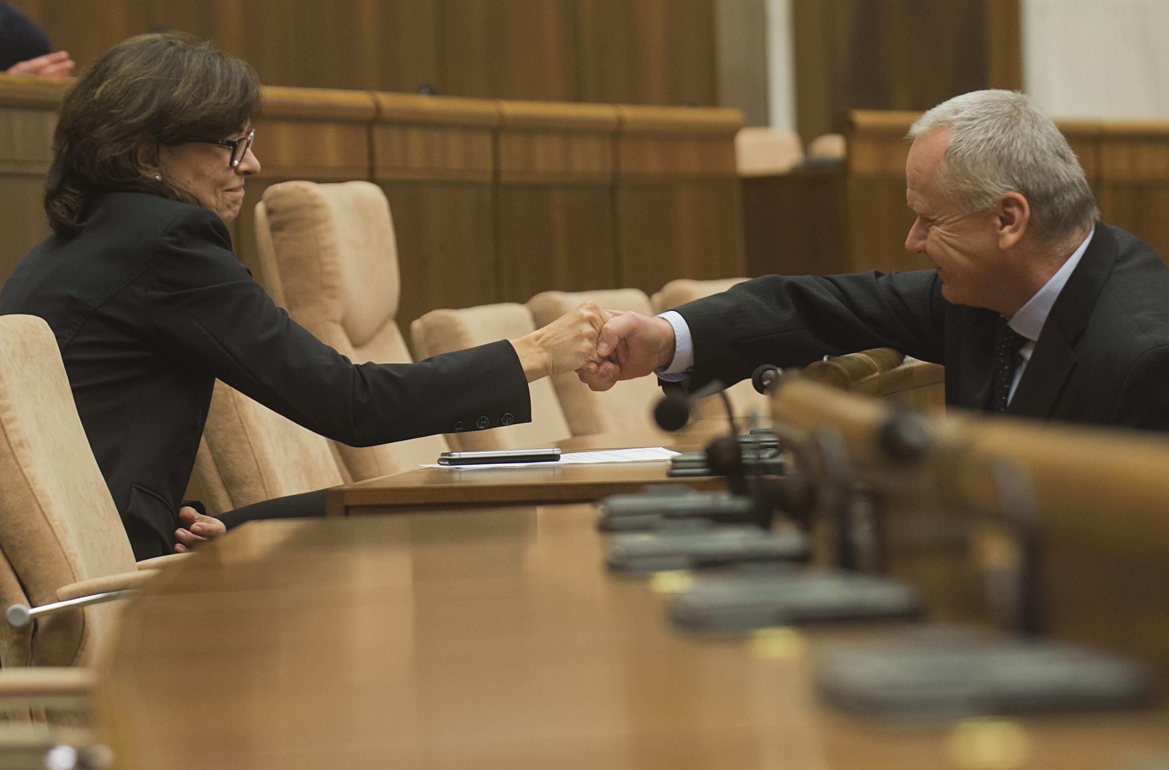 Ministerka spravodlivosti Lucia ŽŽitňanská si podáva ruku s poslancom Petrom Kresákom po hlasovaní o protischránkovom zákone. FOTO TASR - Martin Baumann