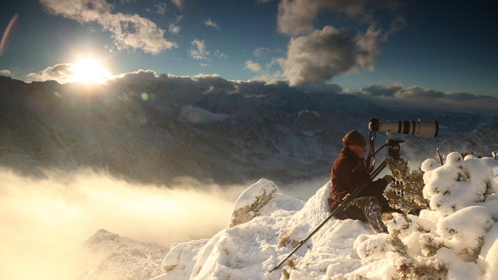 Jeden z filmárov Jozef Fiala pri nakrúcaní filmu Život v oblakoch. Foto - Arolla Film