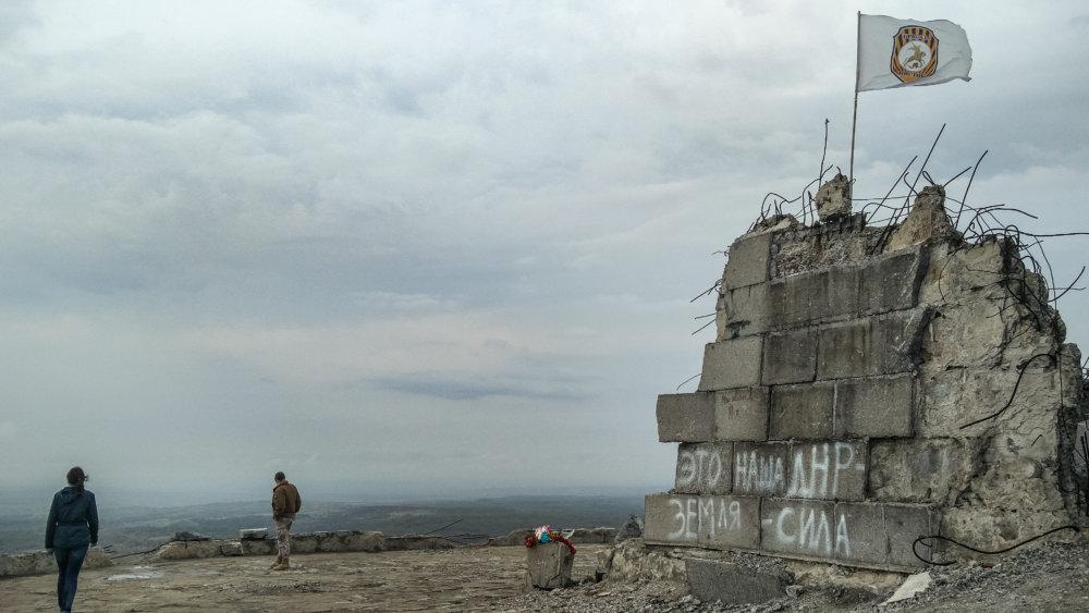 Pomník hrdinom 2. svetovej vojny neďaleko mesta Pervomajsk sa stal centrom ťažkých bojov a pamätný kopec bol úplne zničený. Zomrelo tu aj niekoľko českých a slovenských bojovníkov. Foto N - Tomáš Forró