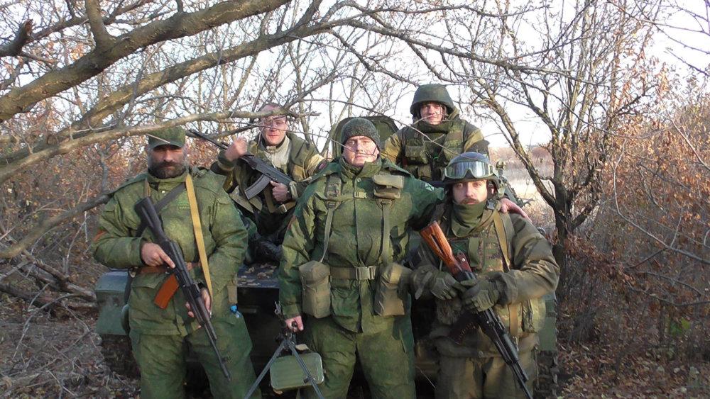 Vojaci. Medzi nimi vpredu zľava Kaukaz a v strede Behemot. Foto – Facebook