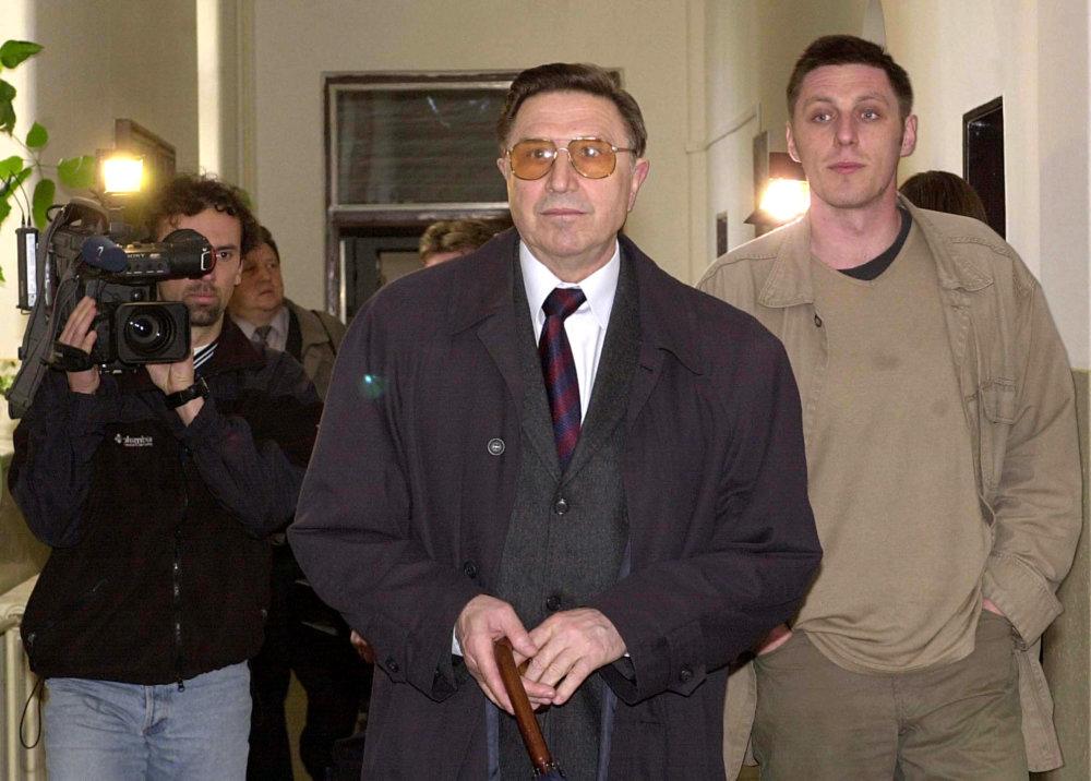 Alojz Lorenc pred Vojenským súdom v roku 2002, v tom čase už ôsmy rok podnikal so súčasným vedúcim služobného úradu na ministerstve obrany. Foto -TASR