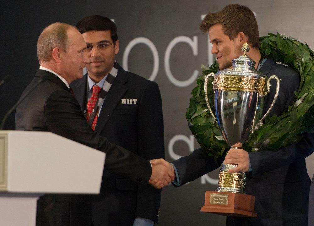 Vladimir Putin musel gratulovať Magnusovi Carlsenovi k t titulu už v roku 2014, keď porazil Inda Ananda v ruskom Soči. foto - TASR/AP