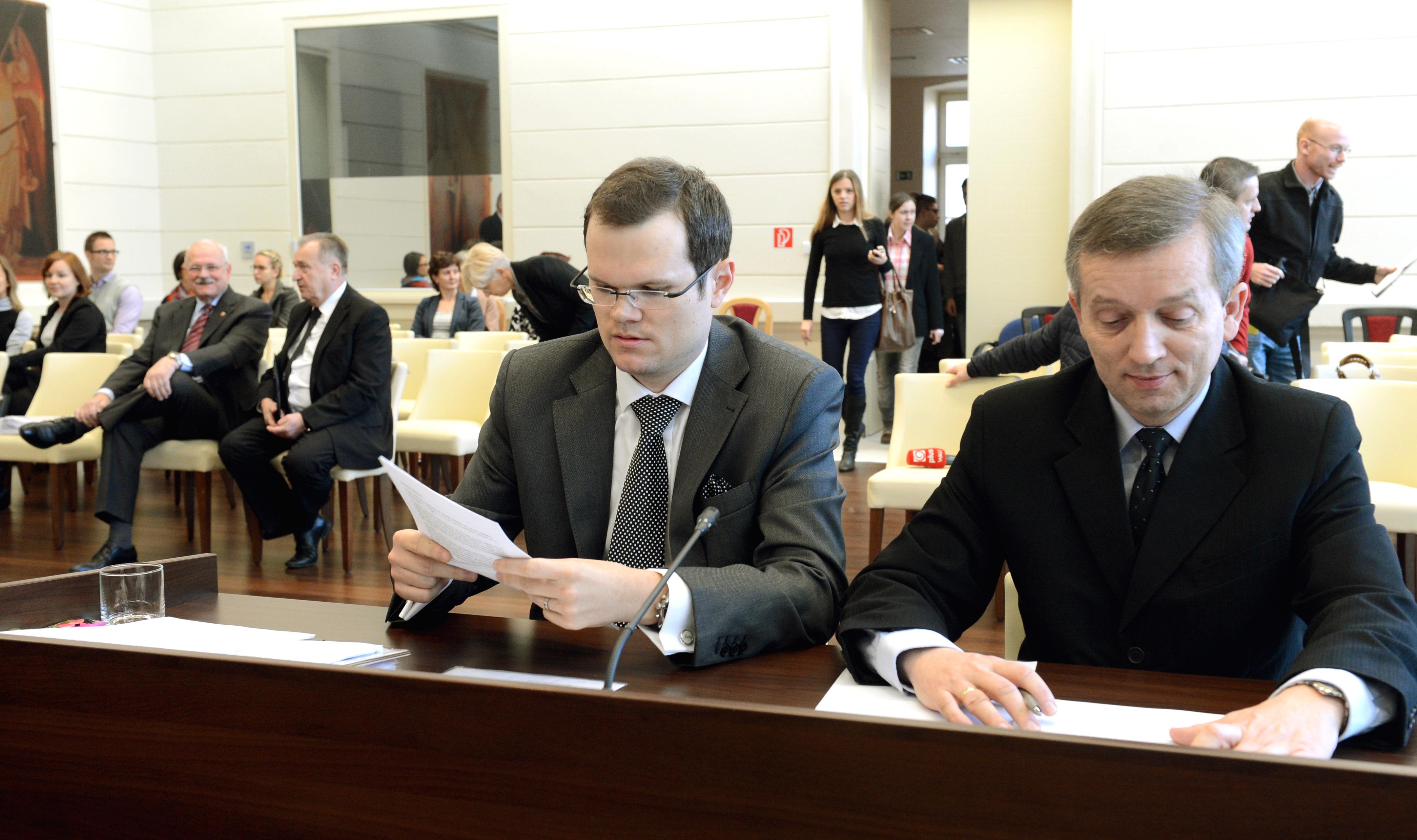 Peter Kubina (vľavo) úspešne zastupoval na Ústavnom súde nevymenovaného kandidáta na generálneho prokurátora Jozefa Čentéša. FOTO TASR – Františšek Iván