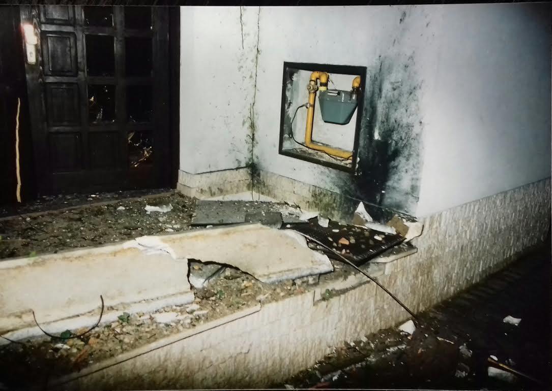Výbušnina explodovala tesne vedľa plynovej prípojky. Foto - archív F.G.
