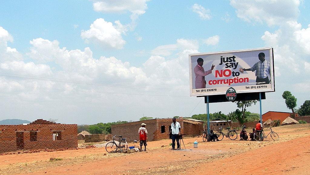 """Korupcia je súčasťou africkej politiky. Predvolebný bilbord vZambii: """"Stačí, ak poviete NIE korupcii"""". Zdroj – Lars Plougmann, Wikimedia Commons"""