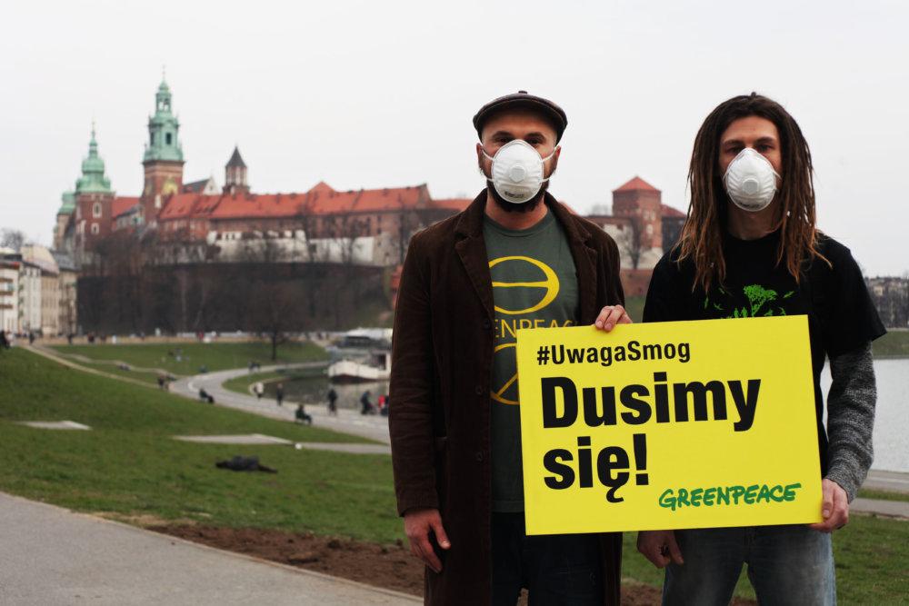 Pozor smog, dusíme sa. Aktivisti z Greenepace protestujú na Waweli. V iných mestách je to však ešte horšie. Foto - flickr.com/Greenpeace Polska