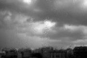 guardare dalla finestra mentre fuori piove