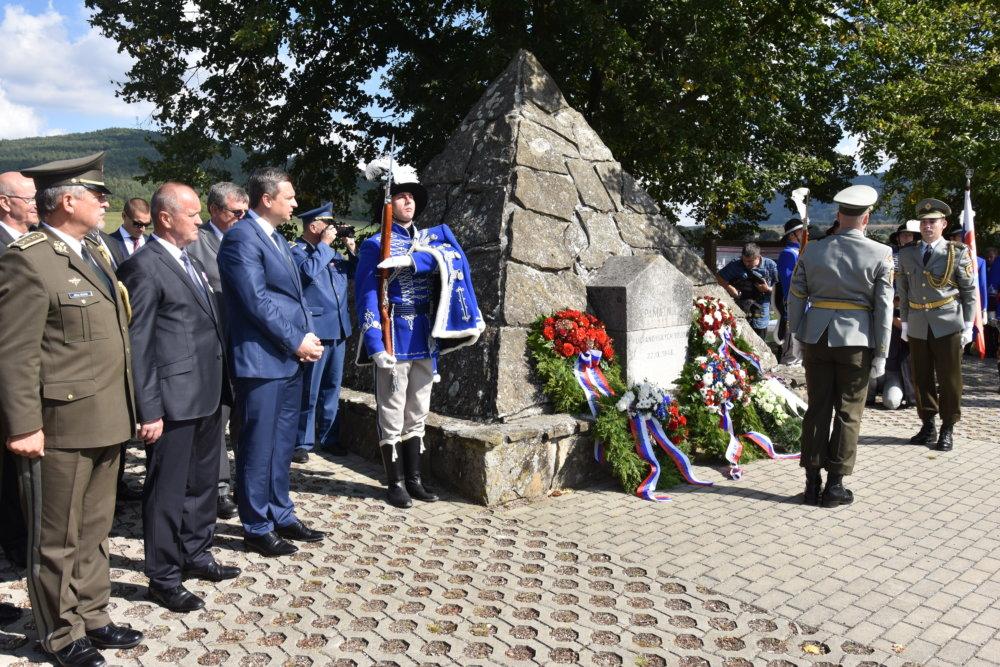 Andrej Danko a minister obrany Peter Gajdoš pri Pamätníku hurbanovských bojov v Brezovej pod Bradlom, kde Danka povýšili na kapitána. foto - tasr