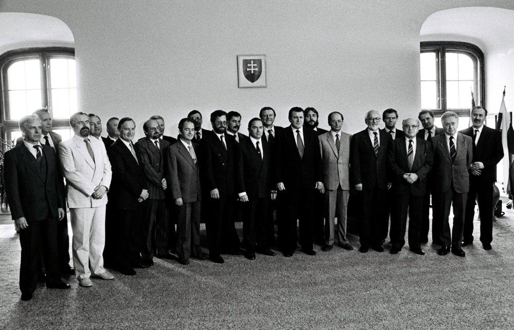 Archívna fotografia z vymenovania vlády v roku 1990. Okrem Ladislava Kováča (prvý vpravo v prednom rade) boli vo  vláde napríklad Ján Čarnogurský či Marián Augustín Húska. Predsedom bol Vladimír Mečiar. Foto - Tasr