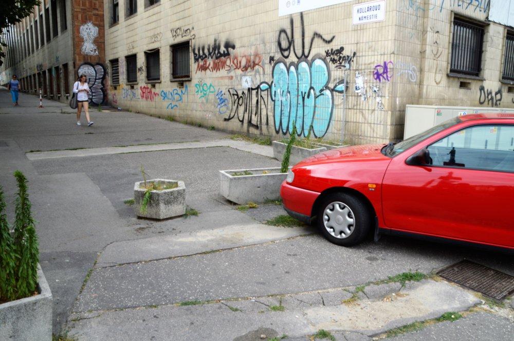 Zábrany pre autá musia obchádzať chodci. Foto Zora Paulíniová