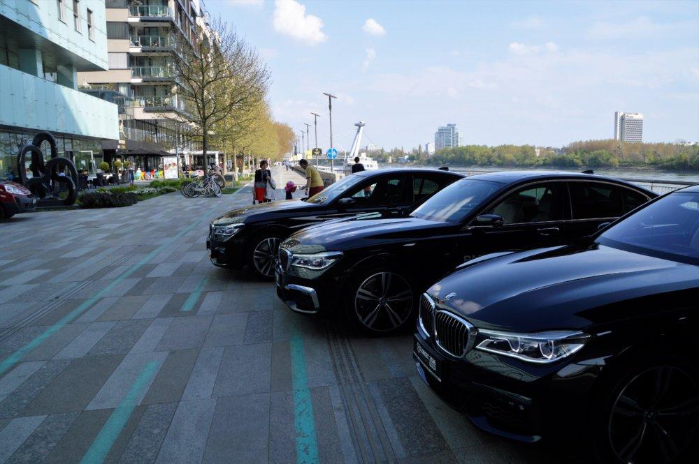 Autá parkujú pri Riverparku. Foto - Zora Pauliniova