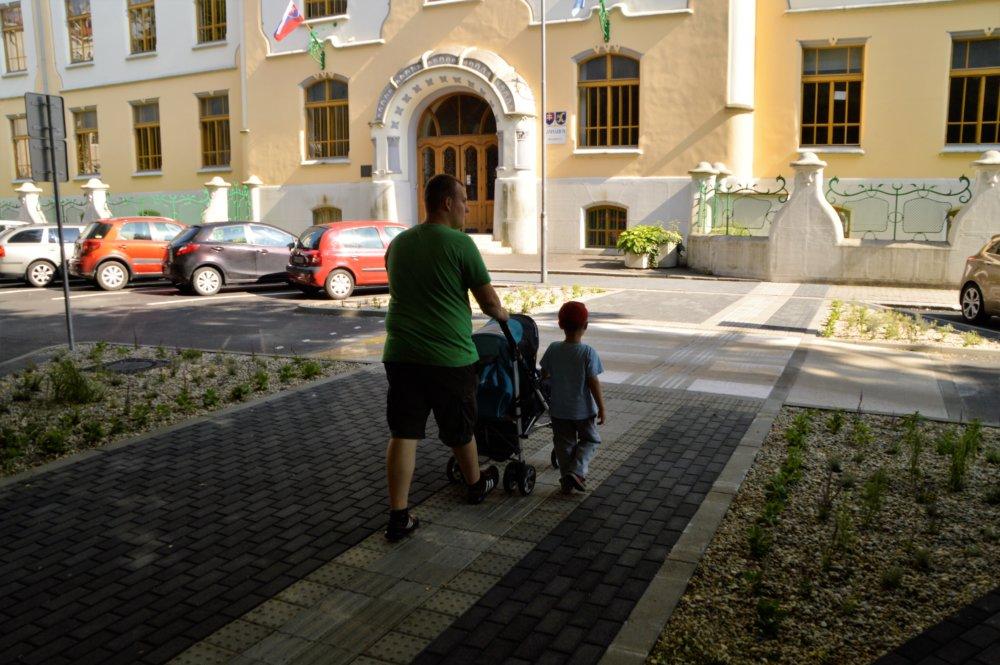 Vylepšený priechod na Grösslingovej ulici. Priechod vyvýšili, cestu zúžili. Foto - Zora Pauliniová