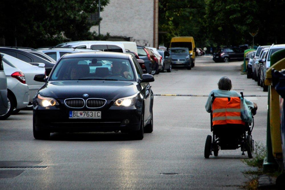 Vozíčkárov vytlačili autá z chodníkov na cesty a tam ich ohrozujú. Foto – Zora Pauliniová