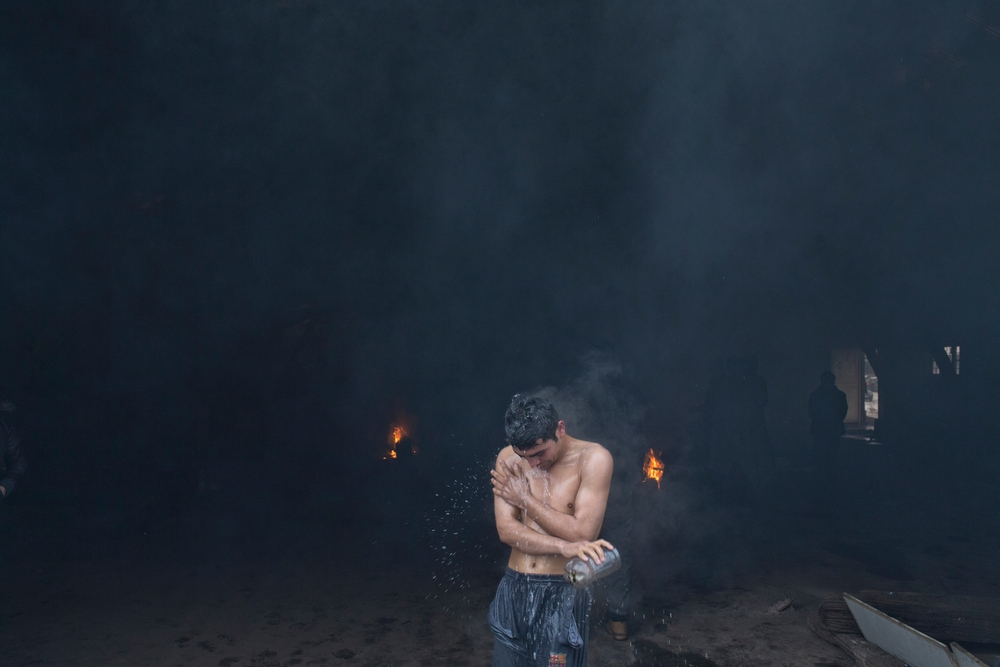 Jeden z migrantov pri rannej hygiene. Foto - Marko Drobnjakovic/Lekári bez hraníc