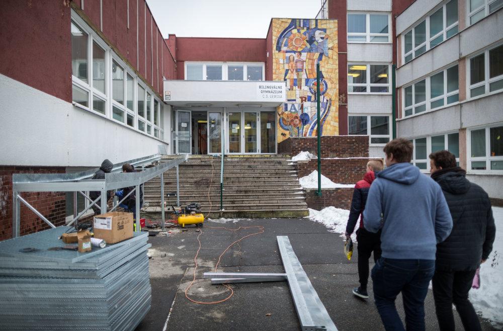 Na škole stavajú rampu. Foto N - Tomáš Benedikovič