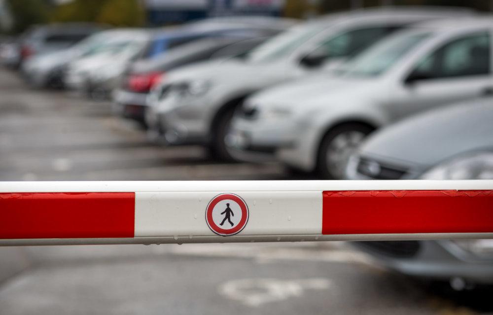 Odparkované autá pred ružinovskou nemocnicou. Foto N - Tomáš Benedikovič
